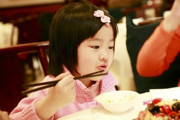 """""""Truy lùng"""" tận gốc nguyên nhân trẻ hay ăn ngậm """"Truy lùng"""" tận gốc nguyên nhân trẻ hay ăn ngậm"""
