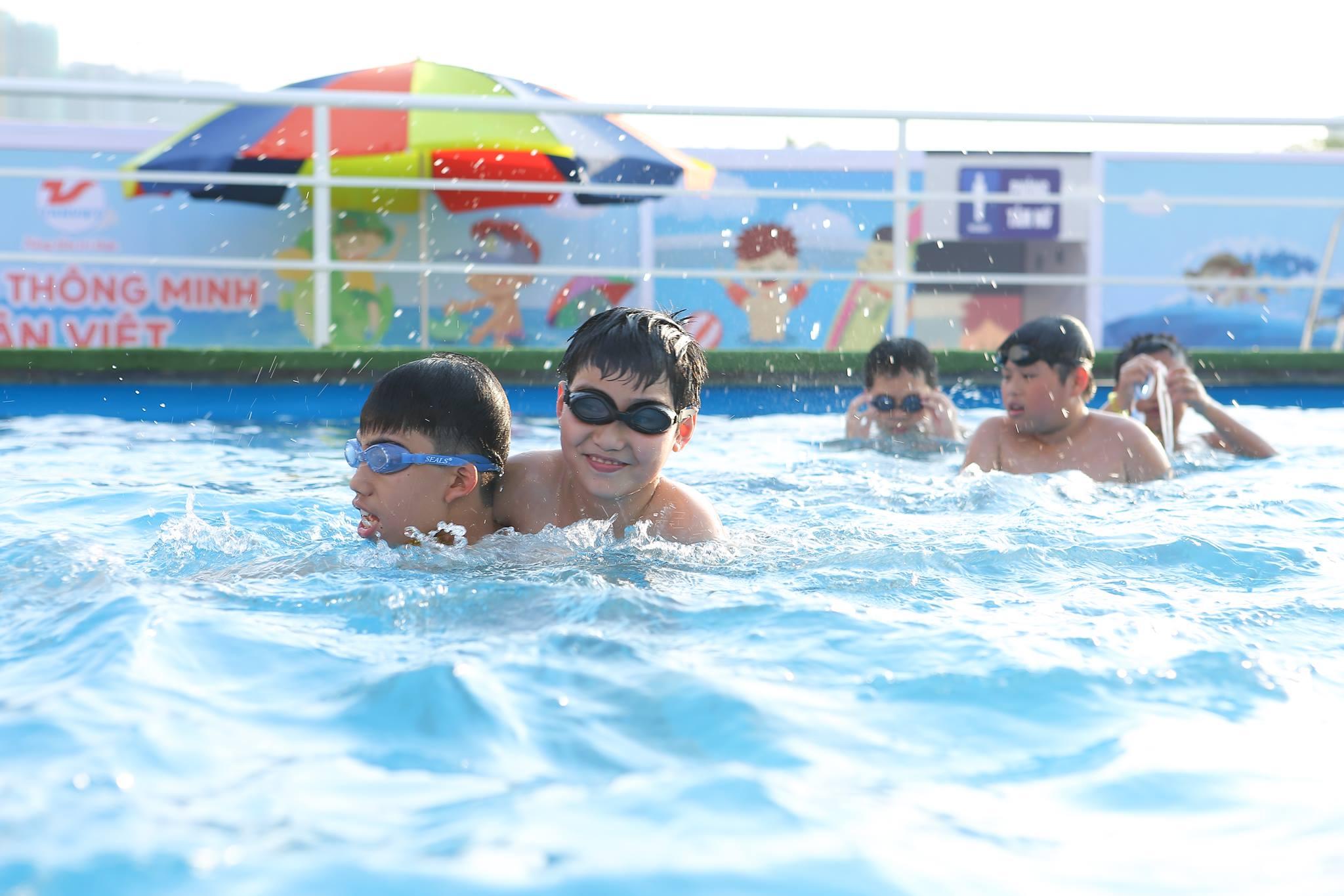 [13/05/2018] Biển Người Tới Dự Khai Trương Bể Bơi Thông Minh - Big C Thăng Long