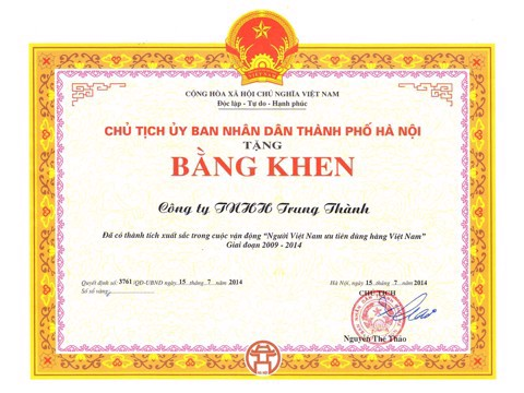 Recipients of the award at the closing ceremony of Vietnamese people preferring Vietnamese products