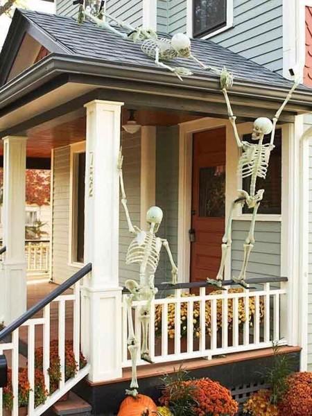 Những bộ xương leo quanh nhà sẽ khiến cho khách đến nhà vô cùng sợ hãi