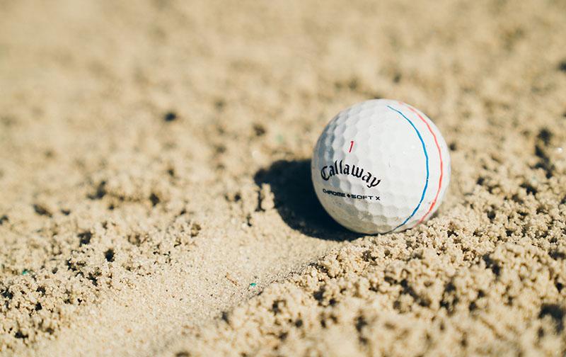 Bóng golf Chrome Soft với 3 sọc in sẵn trên bóng.