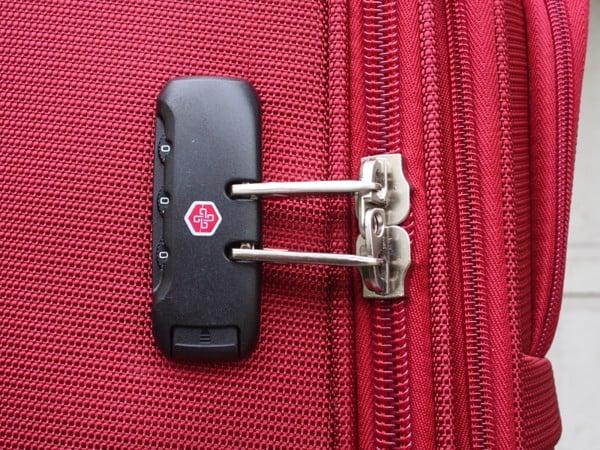 Cách xử lý khóa vali khi bị kẹt đơn giản