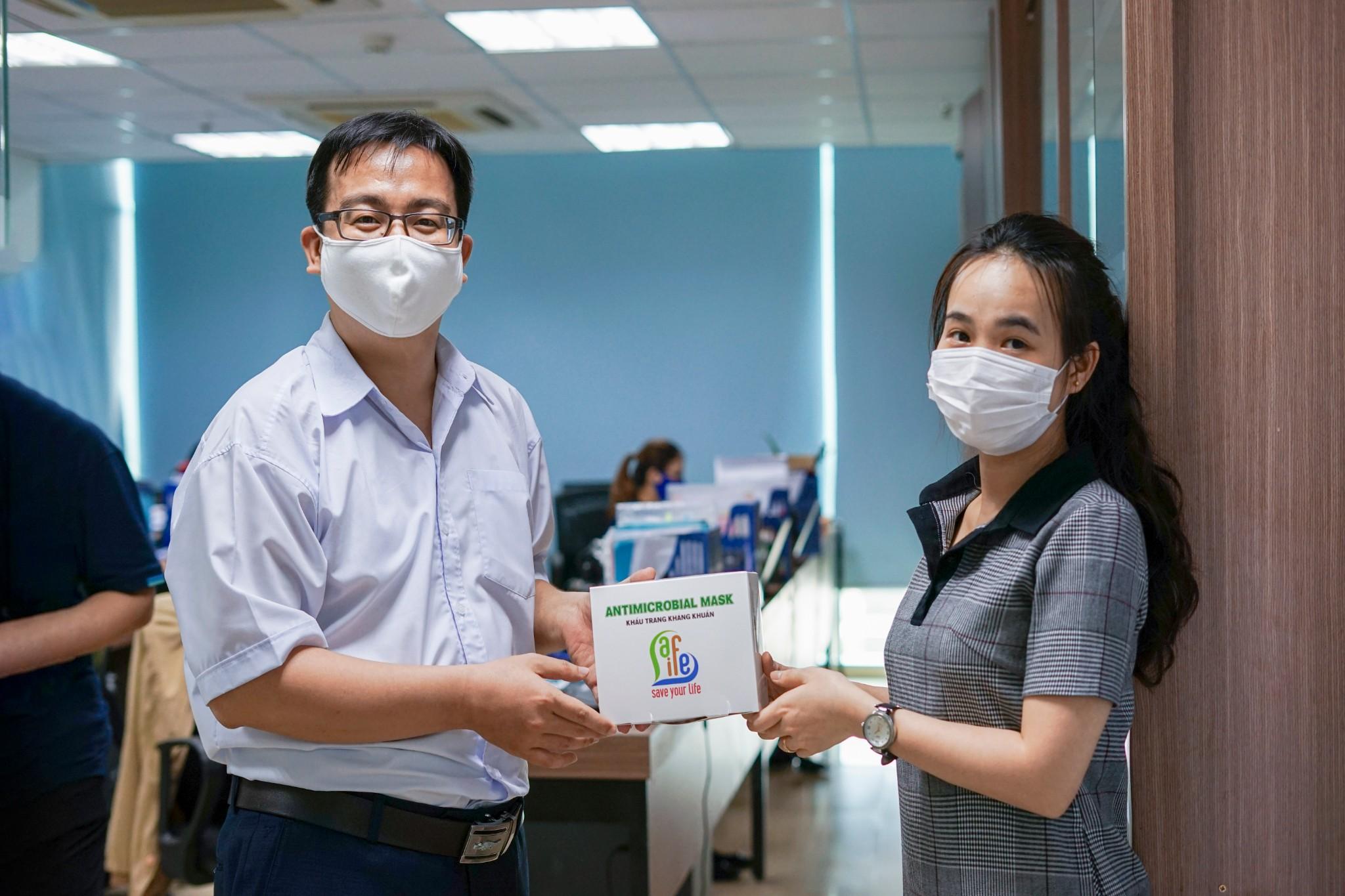 Phát khẩu trang vải miễn phí cho cán bộ công nhân viên QH Plus Corporation