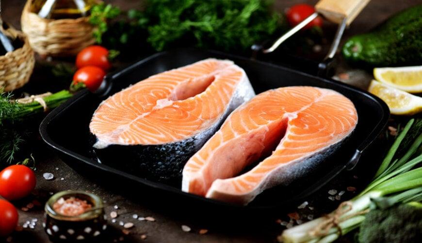 cá hồi là thực phẩm giúp làm mờ nếp nhăn