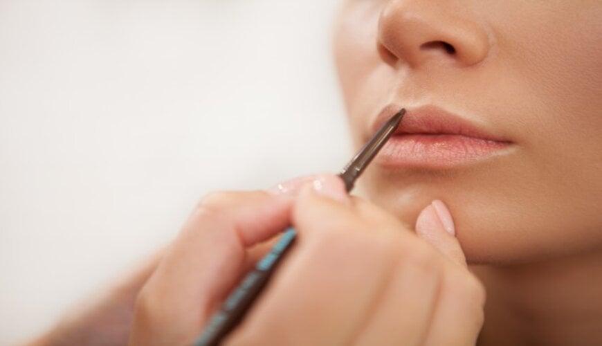 dùng chì kẻ môi để đánh son môi đẹp hơn