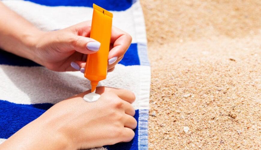 thoa kem chống nắng giúp ngăn ngừa da không đều màu