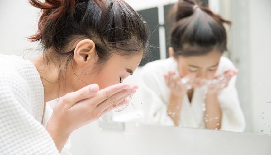 Chỉ nên rửa mặt bằng nước muối hai lần mỗi ngày