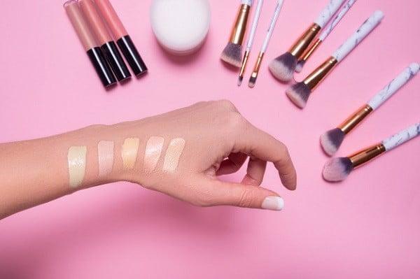 Không nên thử kem nền ở tay vì dễ có sai lệch với màu da