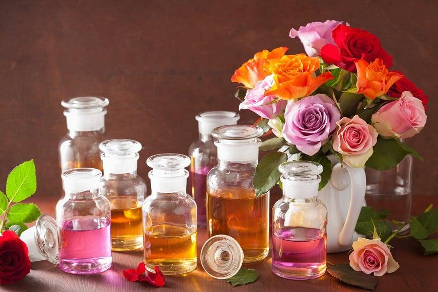 dùng nước hoa hồng làm đều màu da