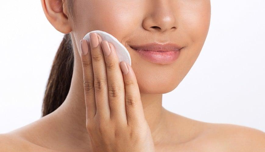 Sử dụng nước hoa hồng chăm sóc da hàng ngày