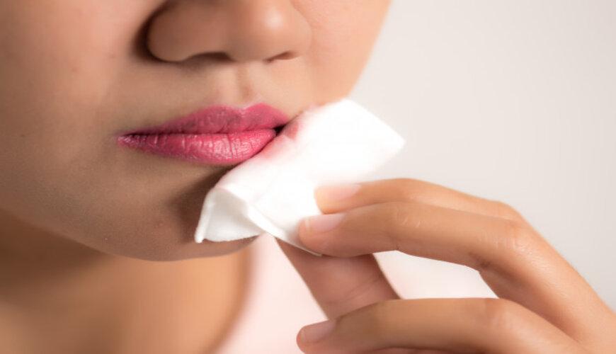 bạn nên dùng nước tẩy trang riêng cho mắt môi