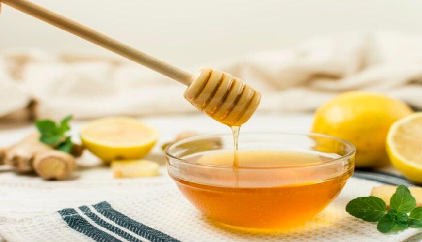 dùng mật ong trị thâm môi