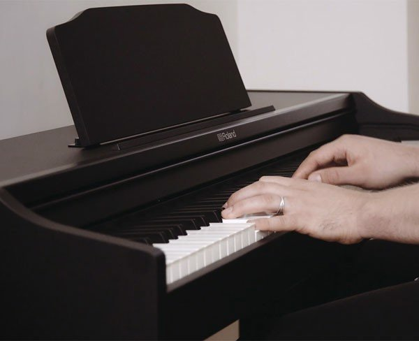 https://file.hstatic.net/1000041383/file/dan-piano-dien-roland-rp-102-gia-ban_grande.jpg