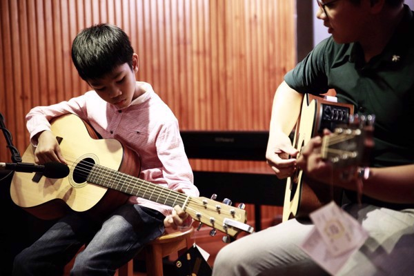 Những lợi ích khi học đàn guitar tại trung tâm