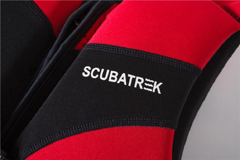 Cận cảnh chất liệu cao su tổng hợp Neoprene của áo phao bơi cho bé Scubatrek Đỏ