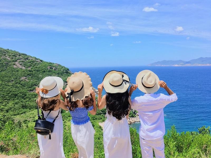 4 người check in tại đảo Cô Tô