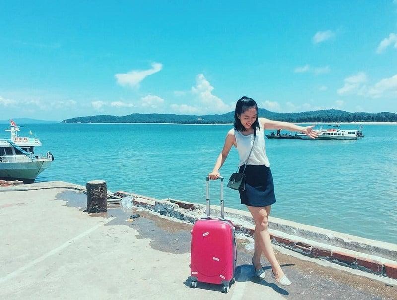 mang hành lý đi biển