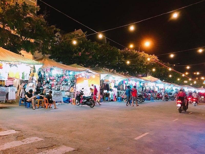 Một dãy cửa hàng buôn bán bên trong chợ đêm tây Đô