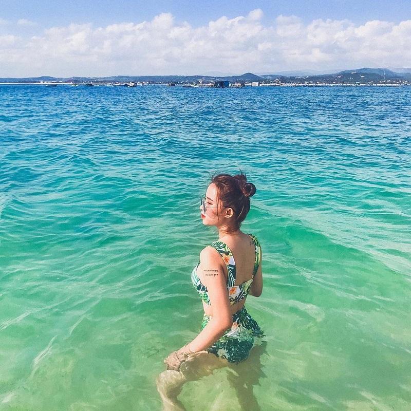 Tự tin diện bikini ngâm hình trong làn nước xanh ngắt ở Phú Yên