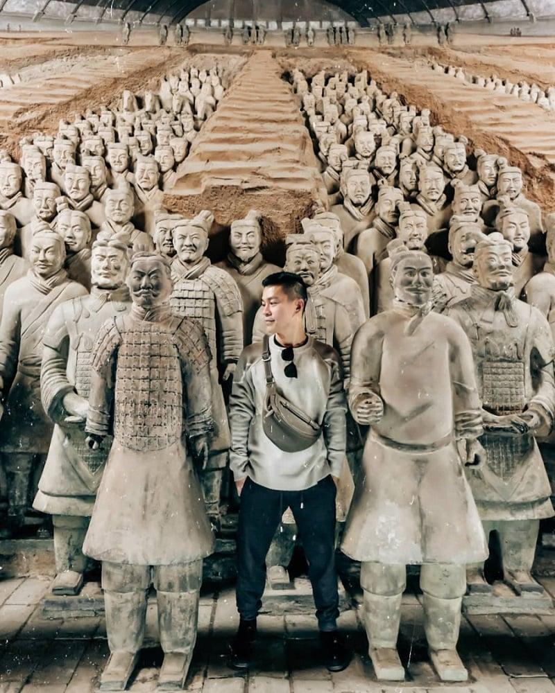Chụp ảnh với đội quân đất nung ở lăng mộ Tần Thủy Hoàng