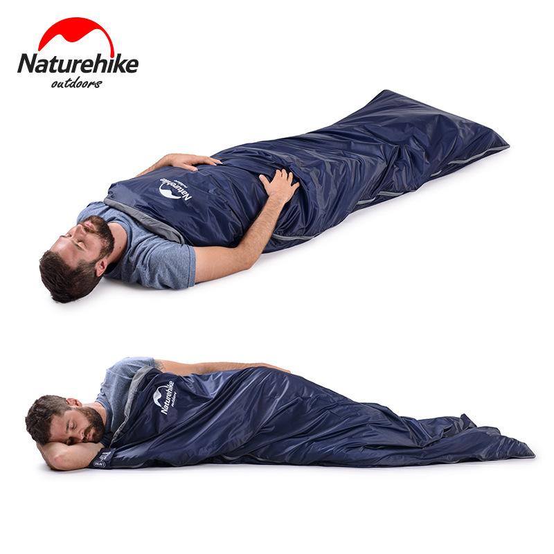 Người đàn ông nằm ngủ thoải mái với mọi tư thế trong túi ngủ