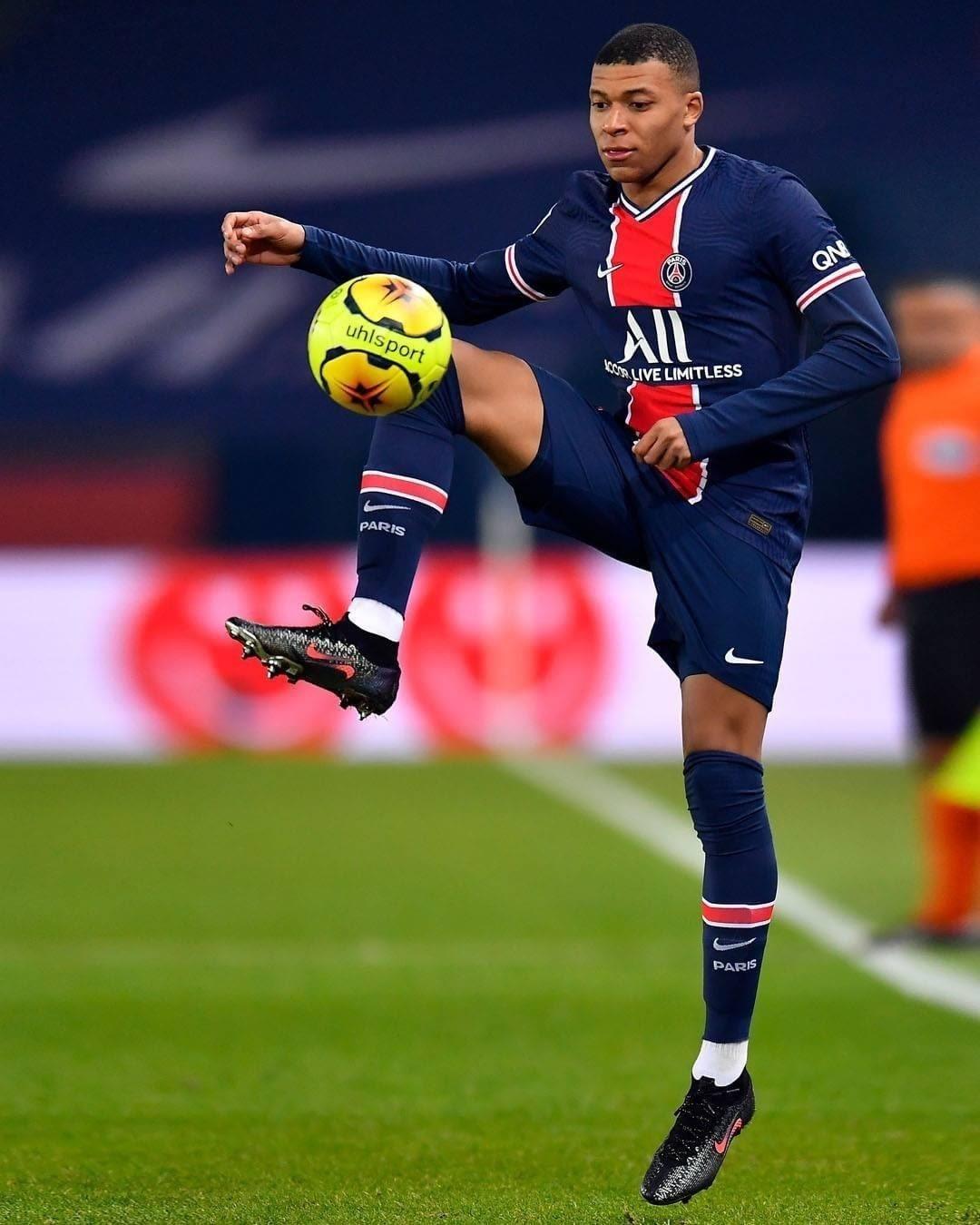 Mbappe mang giày đá bóng Nike Mercurial Superfly 'Chosen 2'