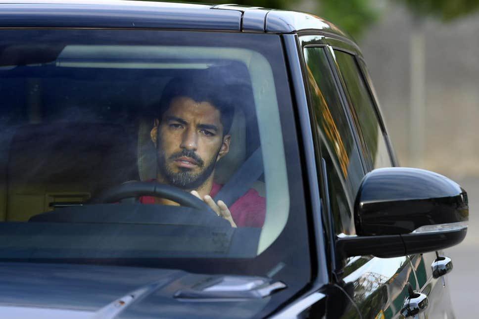 Suarez buồn bã trong ngày lái xe và dọn đồ khỏi Barca