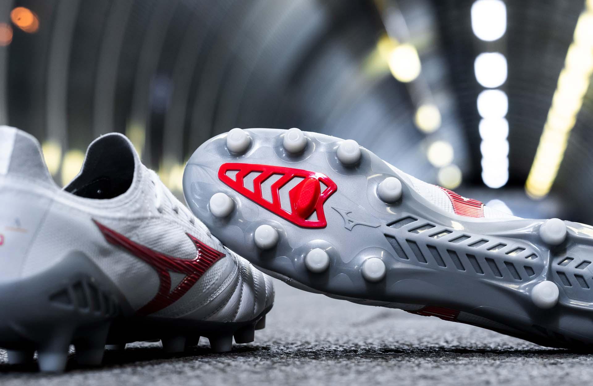 Vẻ ngoài ấn tượng của giày đá bóng Mizuno Morelia Neo III – Robotic Pack