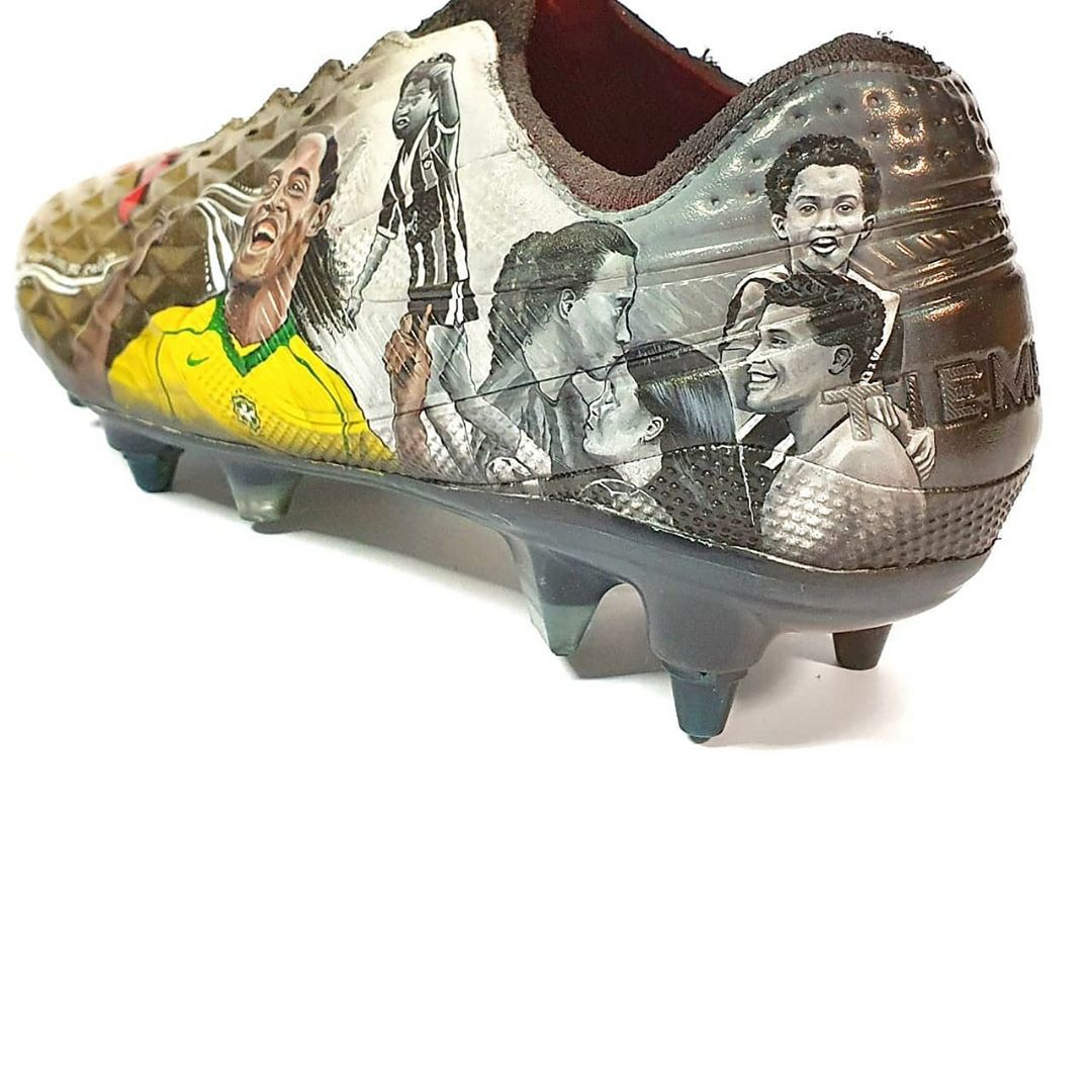 """Đôi giày đá bóng đặc biệt dành cho """"Rô vẩu"""""""