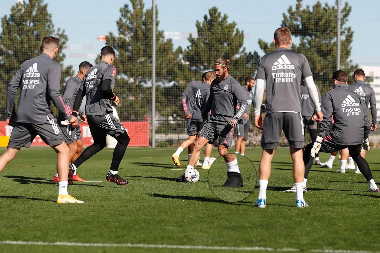 Ramos xuất hiện với đôi giày màu đen khó phân biệt