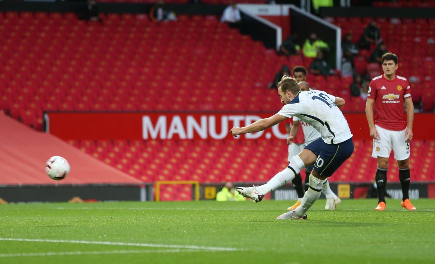 Harry Kane mang giày đá banh Nike Phantom GT Elite FG dứt điểm vào lưới bầy quỷ đỏ