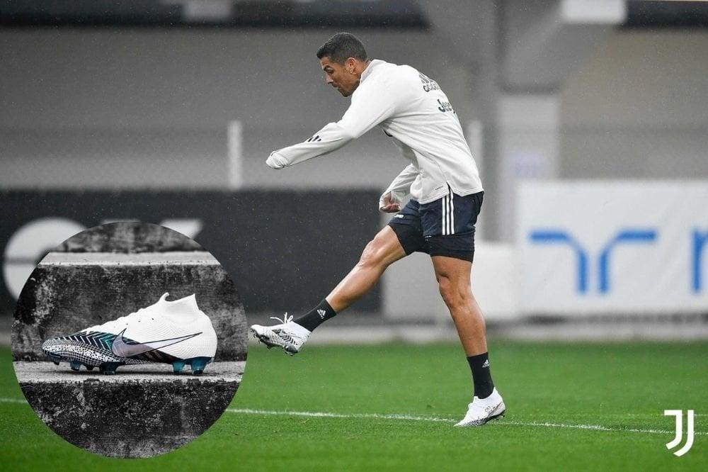 Đồng hành với Ronaldo luôn là Mercurial Superfly, silo giày đá bóng cổ cao đặc trưng của Nike.