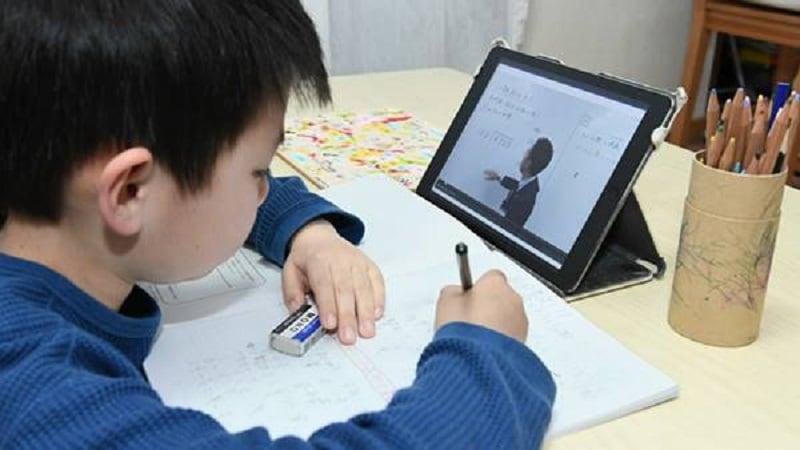 Phụ huynh nên mua laptop hay máy tính bảng cho con học online tại nhà trong mùa dịch?