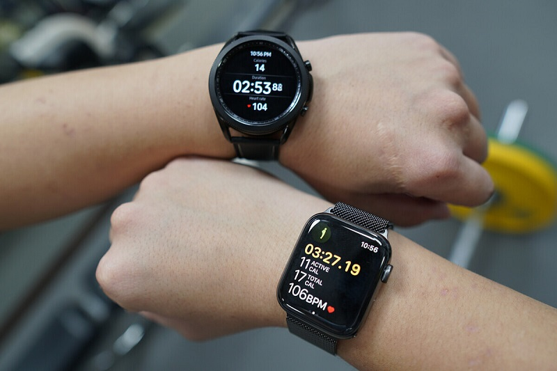 """""""Tậu"""" smartwatch chơi Tết, nên chọn Apple Watch hay Galaxy Watch?"""