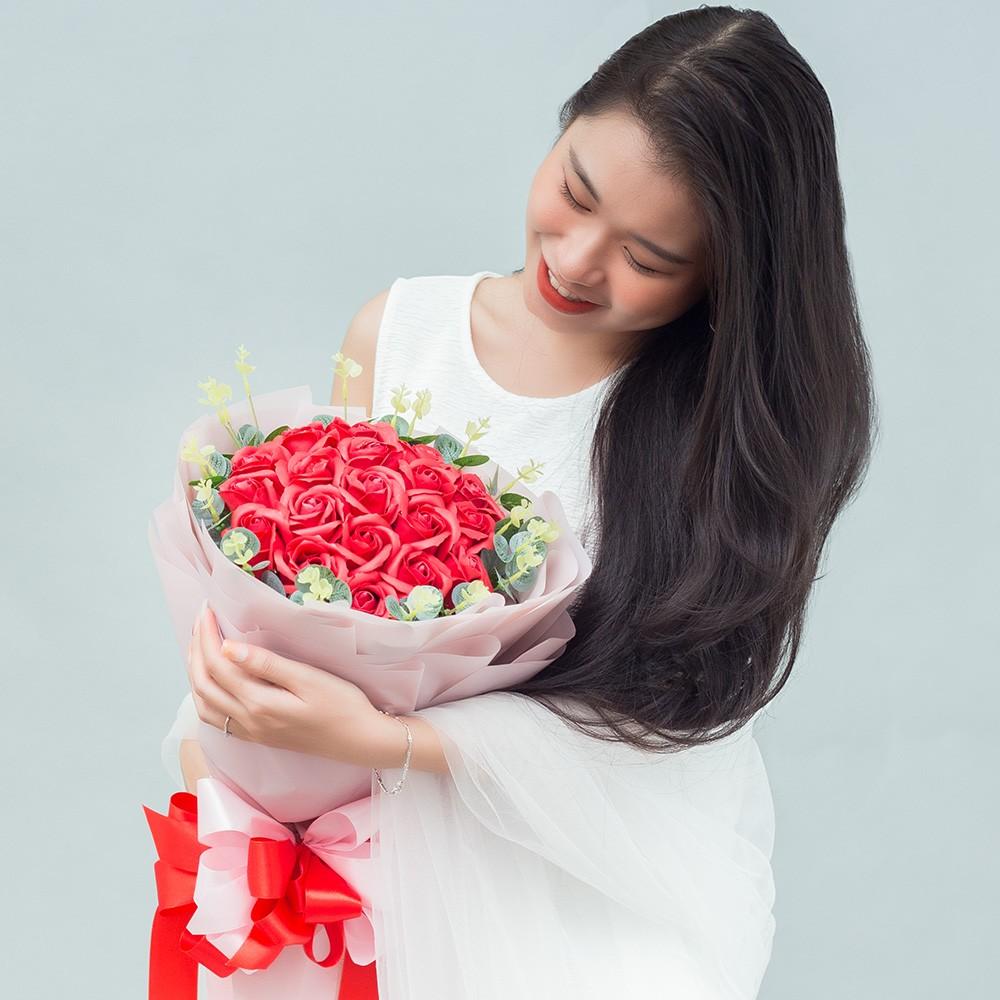 Bó hoa hồng đỏ giấy hồng phối lá 30 bông