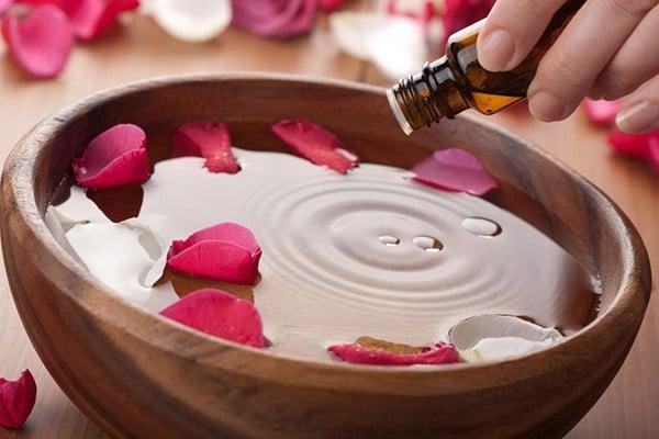 sử dụng tinh dầu hoa hồng nguyên chất trong làm đẹp