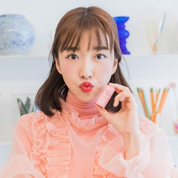 Review phấn má hồng phong cách Hàn Quốc với thiết kế lạ
