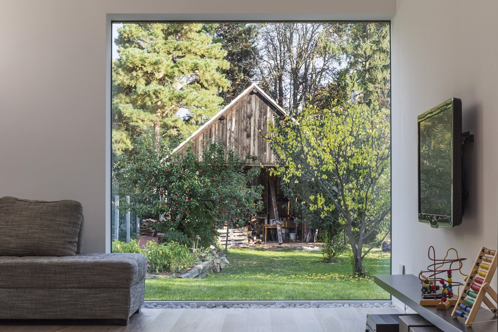cửa sổ trên mặt tiền là những bức tranh sống động không khung trên tường