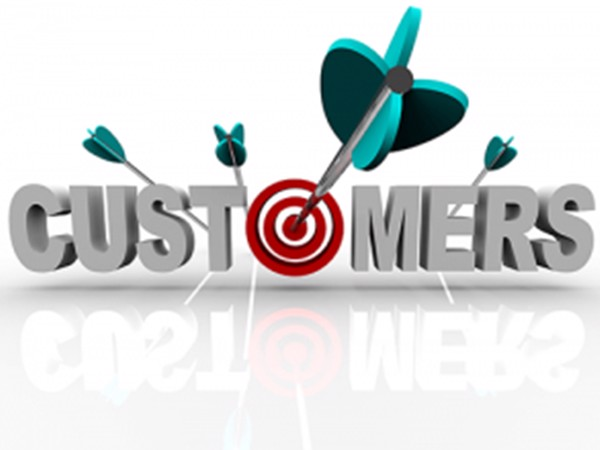 Phân tích khách hàng mục tiêu để tìm địa điểm kinh doanh quán cà phê phù hợp.
