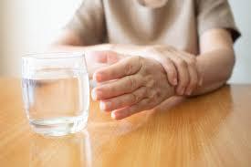 Nguyên nhân gây bệnh run tay ở người cao tuổi?
