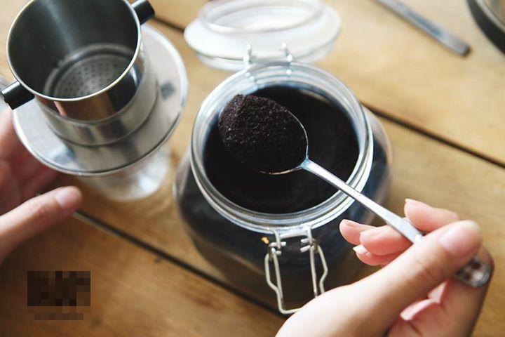 Cho khoảng 3 muỗng cafe bột vào phin