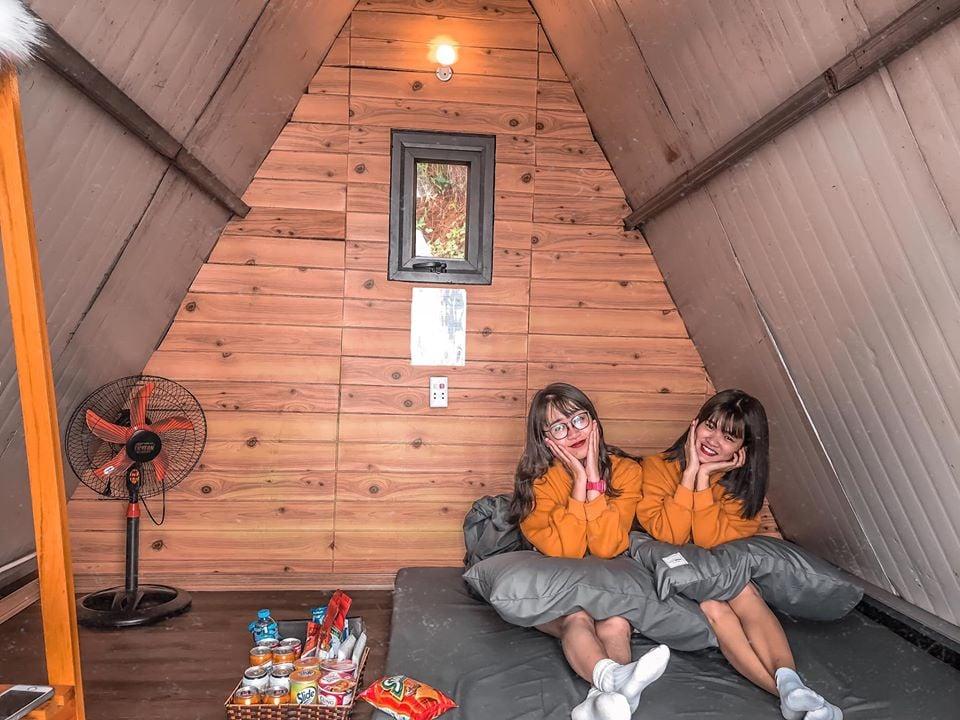 Bên trong căn nhà gỗ chữ A của 90s Homestay Tam Đảo có 1 chiếc đệm, 1 quạt và đủ cho 2 người