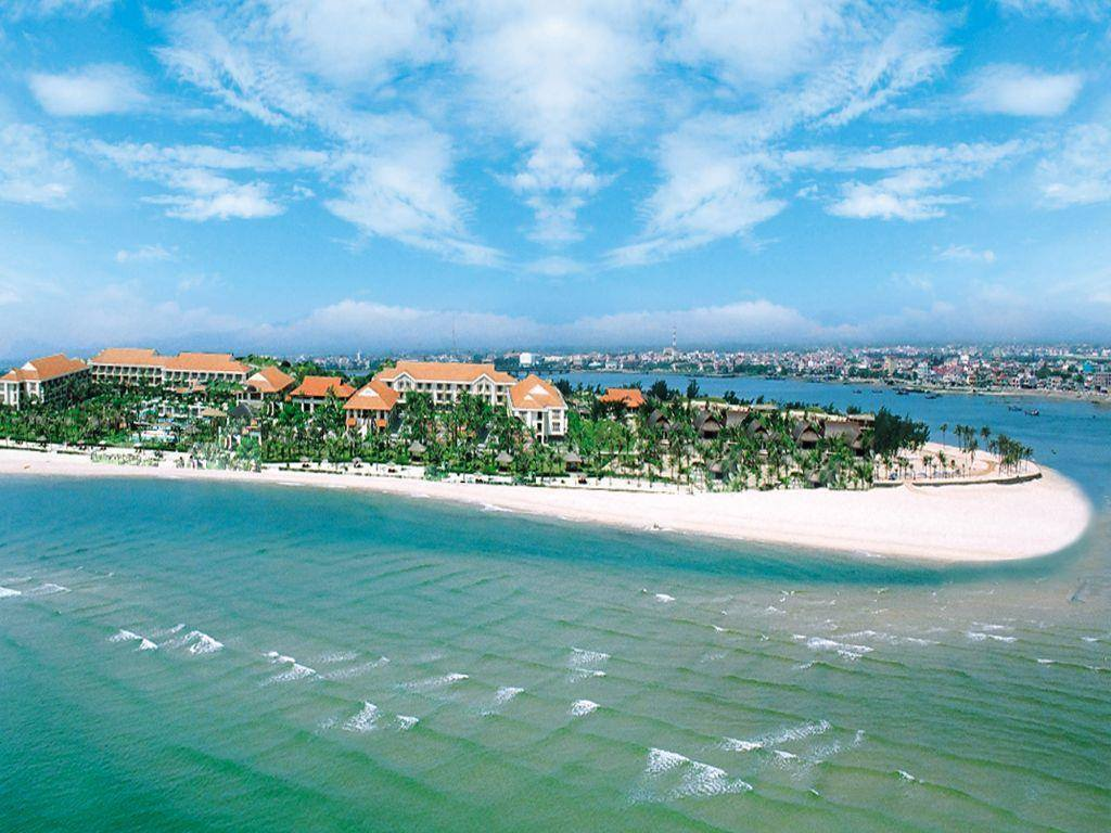 Bãi biển Nhật Lệ từ xa thấy bờ cát trắng trải dài, nước biển trong xanh bao bọc những ngôi nhà nhỏ