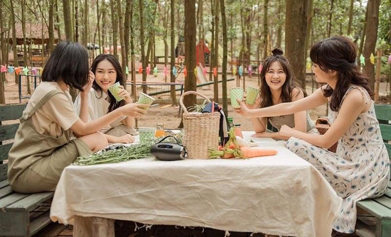 Cắm trại ăn uống cùng với bạn bè