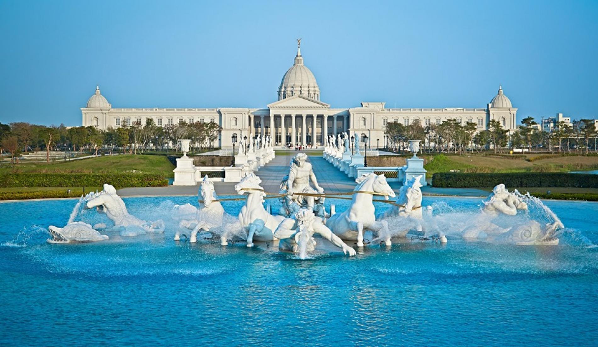 Hồ nước trước bảo tàng Chimei với những bức tượng thần trắng