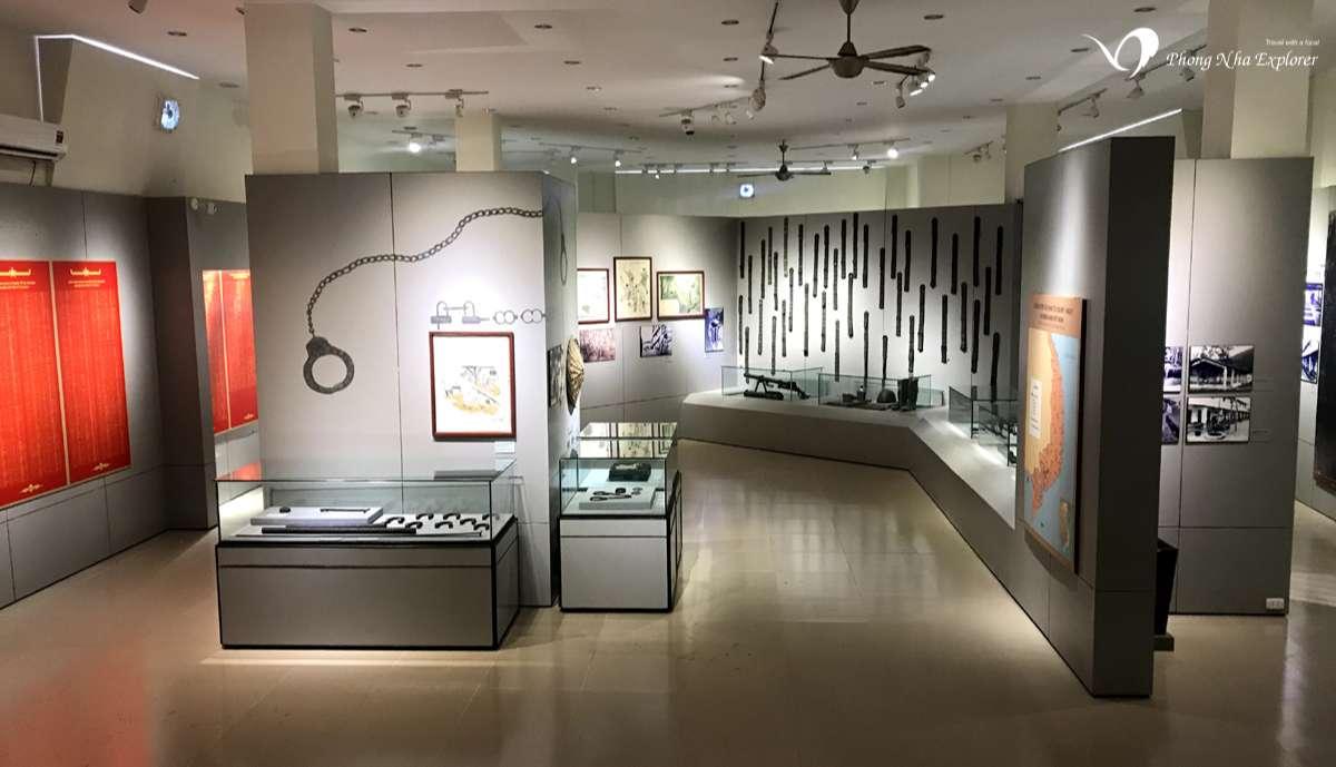 Bên trong bảo tàng Côn Đảo là những kệ, tủ kính trưng bày hiện vật, tư liệu lịch sử như còng tay,..