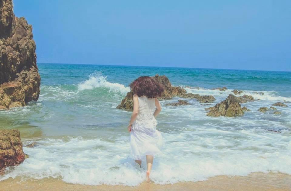 Biển Nhật Lệ sóng vỗ rì rào, bãi cát trắng, nước trong xanh, vách đá nhỏ