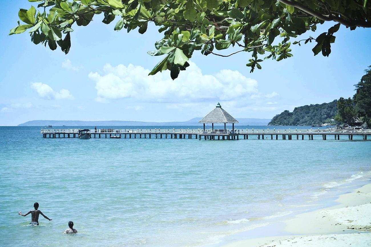 Bãi biển xanh trong, cát trắng trải dài tại Sihanoukville