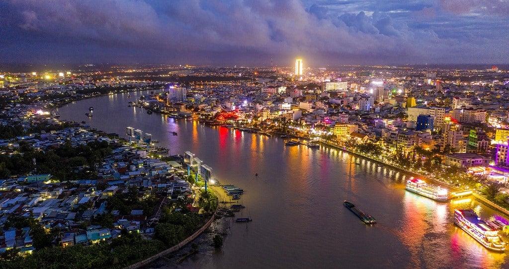 Toàn cảnh vùng sông nước Cần Thơ sáng đèn trong đêm