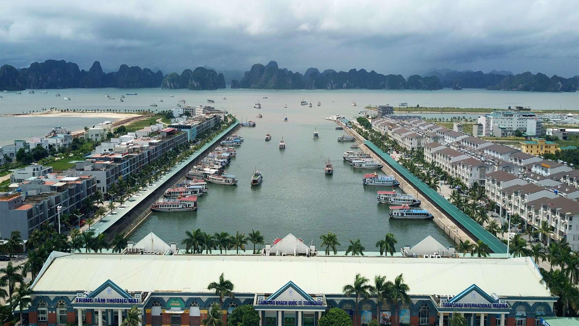Cảng tàu khách quốc tế Tuần Châu có rất nhiều tàu thuyền đang đậu để chờ khách